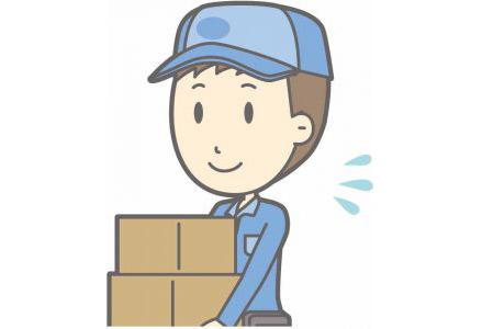 荷物を運ぶ宅配業者