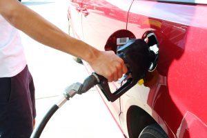 給油中の車