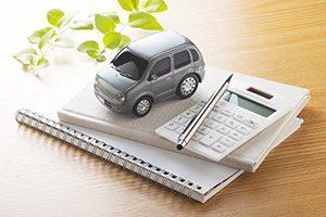 車と電卓とノートのイメージ画像