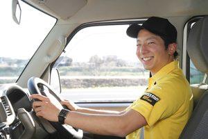 笑顔の宅配ドライバー